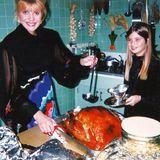 Thanksgiving 2019: Ivanka Trump teilt ein persönliches Erinnerungsfoto aus Kindheitstagen im Hause Trump, das sie mit ihrer Mutter Ivana beim Zubereiten des Turkeys zeigt.