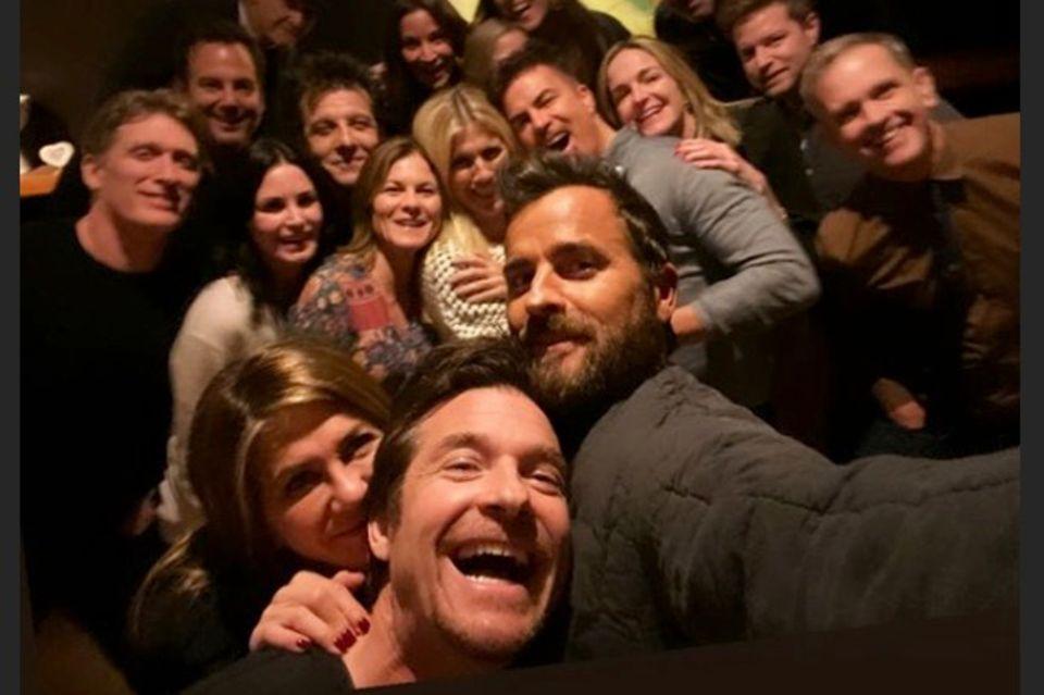 Jennifer Aniston (vorne links) und Justin Theroux (vorne rechts) feierten am 28. November 2019 zusammen.