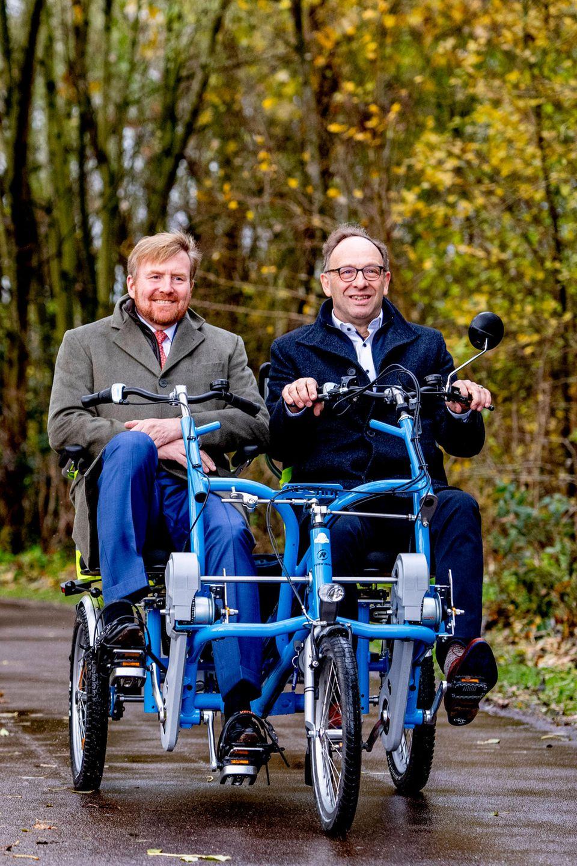 """29. November 2019  König Willem-Alexander kommt beim Besuch der Stiftung """"Radfreunde""""in den Genuss einer kleinen Ehrenrunde im Duo-Bike durch die Natur Warmonds."""