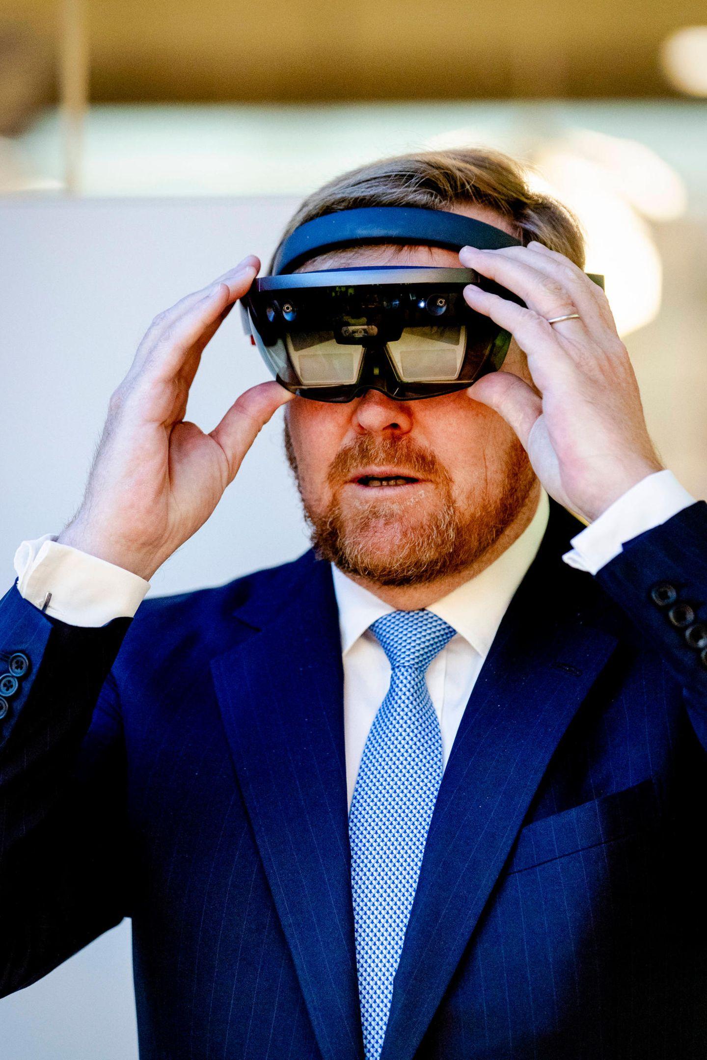 26. November 2019  König Willem-Alexander zeigt sich futuristisch mit einer Virtual-Reality-Brille beim Besuch an der Fontys Venlo Fachhochschule.