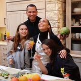 Thanksgiving 2019: Familie Lopez-Rodriguez sendet mit diesem Schnappschuss aus der Küche die besten Grüße zum Fest. Zusammen mit ihrem Verlobten Alex Rodriguez und seinen beiden Töchtern stimmt sich Jennifer Lopez auf einen schönen Abend ein.