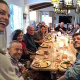 Thanksgiving 2019: Zum Glück ist der Esstisch von Hilary Swank so groß, dass alle Familienmitglieder daran Platz haben. Diese schöne Runde hält die Schauspielerin auch sofort mit einem Selfie fest.