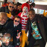 """Thanksgiving 2019: Bei der beliebten """"Macy's Thanksgiving Day Parade"""" in New York tritt Entertainer Jimmy Fallon mit seiner Show-Band """"The Roots"""" auf. Bevor es raus auf den Wagen geht, gibt es noch eine kleine Stärkung und ein Gruppenfoto mit Ronald McDonald."""