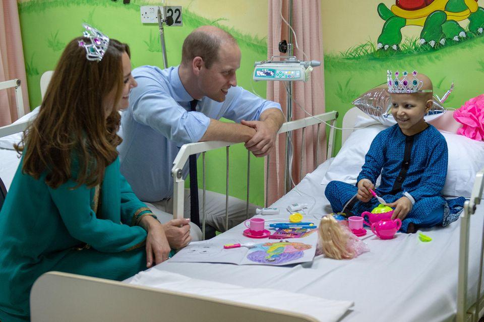 PrinzWilliam und Herzogin Catherine bei ihrem Besuch im Shaukat Khanum Memorial Cancer Hospital am 17. Oktober in Lahore.