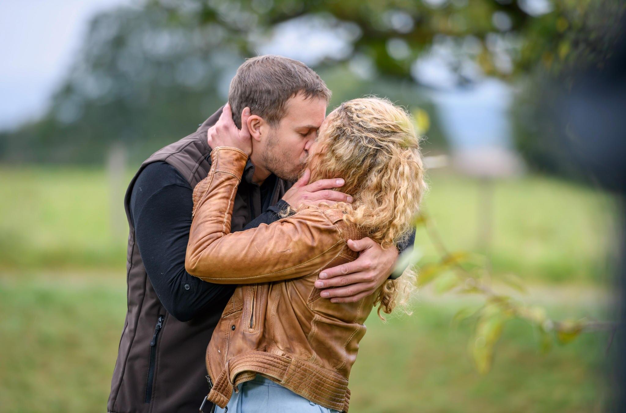 """""""Sturm der Liebe"""": Tim (Florian Frowein) und Franzi (Léa Wegmann) küssen sich endlich (Folge 3286 vom 6. Dezember 2019)"""