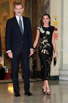"""Königin Letizia strahlt beim """"Francisco Cerecedo""""-Award in einem schwarzen Kleid mit goldenen Applikationen von Dries Van Noten, dazu kombiniert sie Schuhe und Clutch von Magrit in passenden Farben."""