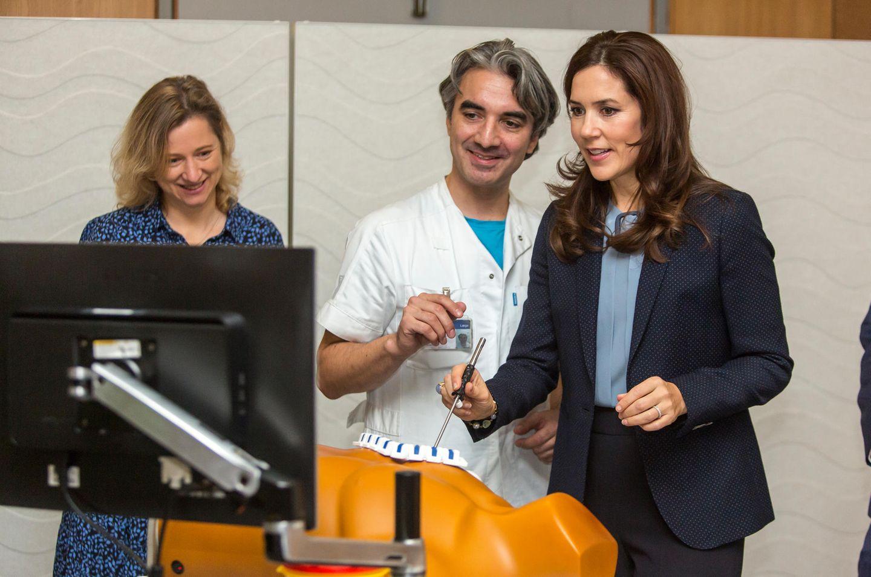 28. November 2019  Das geht ans Herz! Prinzessin Mary lässt sich im Kopenhagener Rigshospitalet neue Trainingsmethoden für Herzchirurgen erklären.