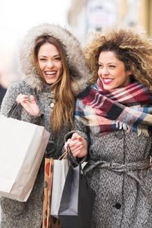 Shopping, Shopping-Trip, Shopping-Tag, zwei glückliche Frauen