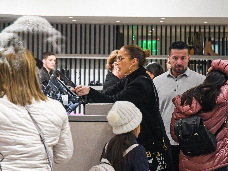 Kaum ist Thanksgiving vorbei, geht es gleich mit den Weihnachtseinkäufen weiter. Jennifer Lopez ist mit ihrer Familie auf Shoppingtour in L.A. unterwegs, und für diese Jeans scheint sie sich besonders zu interessieren.