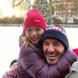 30. November 2019  Die Freude ist den beiden Schlittschuhläufern anzusehen. Mama Victoria kümmert sich derweil schon um die Weihnachtsdekoration ...