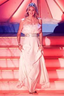 """Engelsgleich in weißer Festrobe schreitet Ella Endlich bei der Schlager-Show""""Das Adventsfest der 100.000 Lichter"""" in Suhl die Bühnentreppe herab. Hingucker ist nicht nur das fedrige Bustier, sondern auch der silberne Gürtel im Karo-Look."""