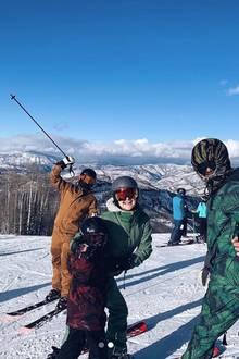 Kate Hudson hat sich ihre Familie geschnappt und ist über das Thanksgiving-Wochenende nach Snowmass, Colorado gefahren,um Ski zu laufen. Wir wünschen eine fröhliche Abfahrt.
