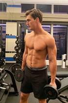 Im Fitness-Studio von Male Model und Gigi-Hadid-Ex Tyler Cameron darf man wohl oben ohne trainieren. Und der Anblick dieses Sixpacks dürfte seine2,2 Mio. Instagram-Follower erfreuen.