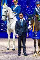 """30. November 2019  So macht die royale Arbeit Spaß! Prinz Carl Philip von Schweden verleiht anlässlich der Internationalen Pferdeschau in Solnaden """"Prins Carl Philip pris"""", ein Preis für die besten Ponys des Landes, und hat sichtlich Freude daran."""