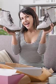 Cyber-Monday-Schnäppchen, Frau freut sich über Schuhe