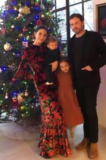 """Lily Aldridge läutet die Weihnachtszeit ein und präsentiert ihren Fans auf Instagram ihren bunt geschmückten Tannenbaum. Festlich gekleidet, ist auch die Familie selbst: So zeigensich Model Lily und Tochter Dixie in eleganten Kleidern, während Ehemann Caleb und Sohn Winston schicke Anzüge tragen. Festtagsstimmung, die begeistert – vor allem Lilys Kleid: Die Kreation des Labels """"The Vampire's Wife"""" kostet stolze 958Euro und ist ein absoluter Hingucker. Ein Preis, der bei einigen Fans für Aufsehen sorgt und unterden Kommentaren hitzig diskutiert wird."""