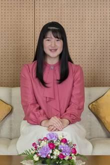 25. November 2019  Einige Tage vor ihrem 18. Geburtstag veröffentlicht der japanische Hof offizielle Fotos von Prinzessin Aiko. Die nun volljährige Prinzessin trägt einen cremefarbenen knielangen Rock und eine rosafarbene Schluppenbluse.