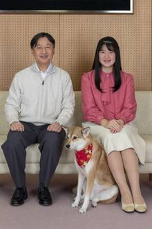 25. November 2019  Auch mit ihrem Vater Kaiser Naruhito und dem Familienhund wird ein gemeinsames Porträt aufgenommen.