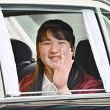 1. Dezember 2019  An ihrem 18. Geburtstag winkt Prinzessin Aiko bei ihrer Ankunft am Kaiserpalast in Tokio den umstehenden Fotografen lächelnd zu.