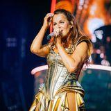 """Welch ein fulminanter Auftakt ihrer """"Mosaik Live Arena Tour"""": In Stuttgart begeistert Andrea Berg ihre zahlreichen Fans mit einer spektakulären Bühnenshow und einem noch spektakuläreren Outfit ..."""