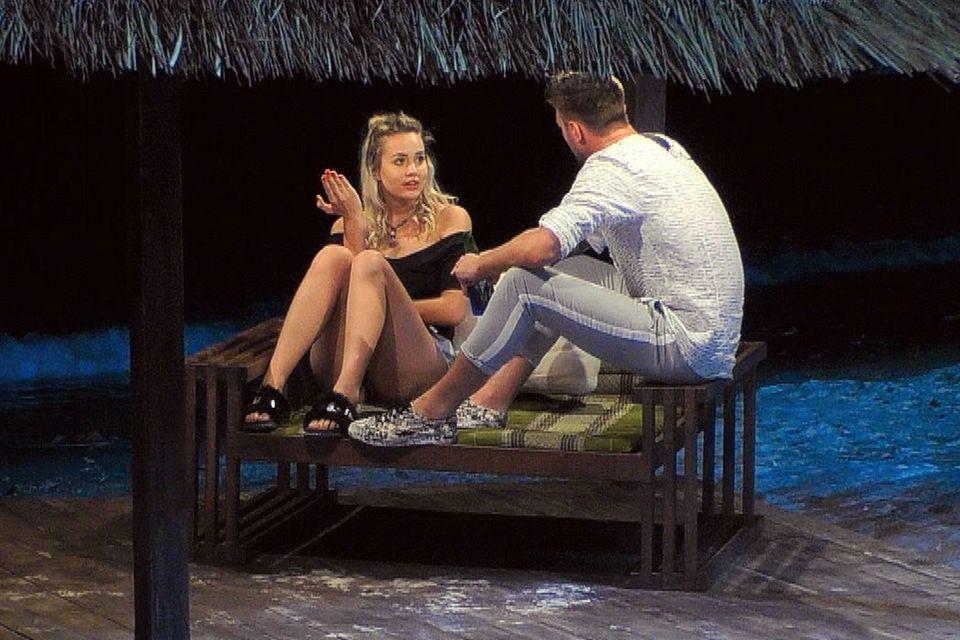 """Amelie und Michi haben bei """"Bachelor in Paradise"""" ein hitziges Gespräch über Michis Beziehungsstatus."""