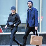 Trotz Tarnkappe auf Shopping-Tour erwischt. Emma Stone und ihr Freund Dave MacCary teilen einen ähnlichen Modegeschmack und setzen bei dem Stadtbummel in New York auf Denim. Egal ob als Hose oder Jacke, robuste Jeansstoffe sind ideale Begleiter für die Übergangssaison.