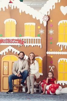 Vor einem XL-Lebkuchenhaus posiert Tamara Ecclestone mit ihrer kleinen Familie. Während sie und Ehemann Jay Rutland auf einer Bank vor dem Häuschen Platz nehmen, balanciert Tochter Sophia in ihrem roten Kleid auf einer Ballon-Raupe. Eine ziemlich pompöse Weihnachtsdeko, die den Geschmack der Familie trifft und die Festtage einläutet.