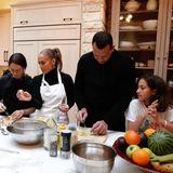 Jennifer Lopez steht in der Winterzeit gerne selbst in der Küche und kocht zusammen mit der ganzen Familie. Hilfreiche Tipps und Tricks hat die Sängerin natürlich auch parat und unterstützt beim Thema Kartoffelsalat, wo sie nur kann.
