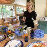Reese Witherspoon steht an Thanksgiving zwar nicht selbst am Herd, kümmert sichaber stattdessen um den Wein. Dabei entsteht dieser schöne Schnappschuss, den die Schauspielerin auf Instagram postet.