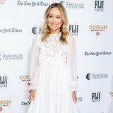 Weiße Kleider sind dieses Jahr nicht wegzudenken von den roten Teppichen. Für eine besonders schöne Variante hat sich Olivia Wilde entschieden. Sie kam zu den Gotham Awards in einem viktorianisch anmutendenAbendkleid.