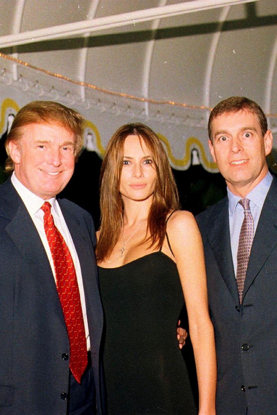 Donald Trump, Melania Trump und Prinz Andrew auf einer Party am 12. Februar 2000 in Florida.