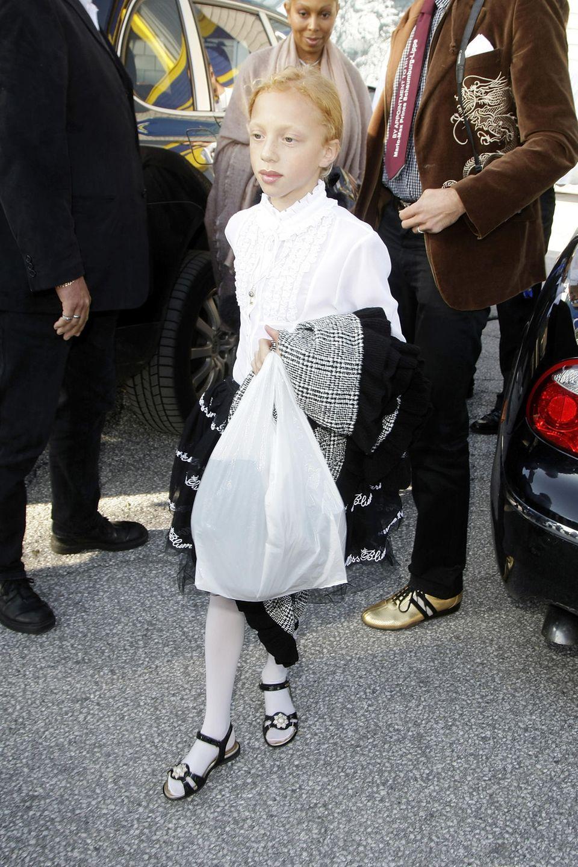 """WeißeRüschen-Bluse, helleStrumpfhose und einkarierterMantel: Das ist Annas Look als sie 2009 die """"Fashion On Ice""""-Show besucht."""