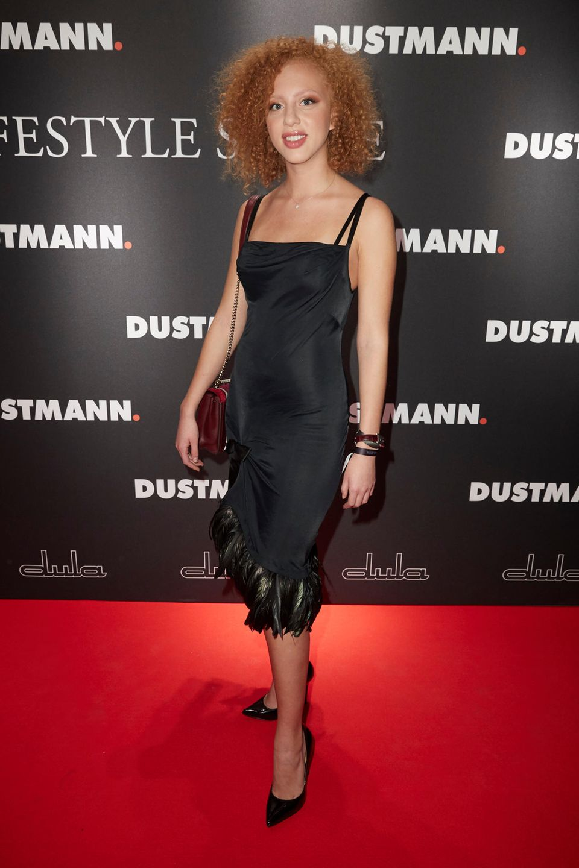 Das1,77 Meter große Model wählt zu einer Store-Eröffnung in Dortmund ein schwarzes Slip-On-Dress aus Satin. Dazu kombiniert Anna schwarze, schlichte Pumps.