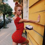 Auf Instagram inszeniert sich die Tochter von Angela Ermakova gerne sexy, wie hier mit einem Mini-Kleid in rotfarbenemLeo-Muster.