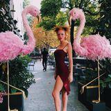 Anna Ermakova posiert auf Instagram gekonnt neben zwei Deko-Flamingos. Das Model macht in ihrem figurbetonten Kleid mit Beinschlitz und Spaghetti-Trägern eine großartige Figur.