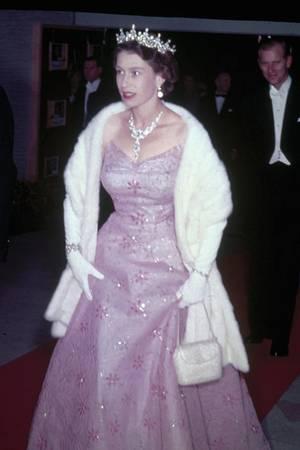 1951: Die Queen lässt tief blicken. Prinz Philip (im Hintergrund) dürfte es gefreut haben.