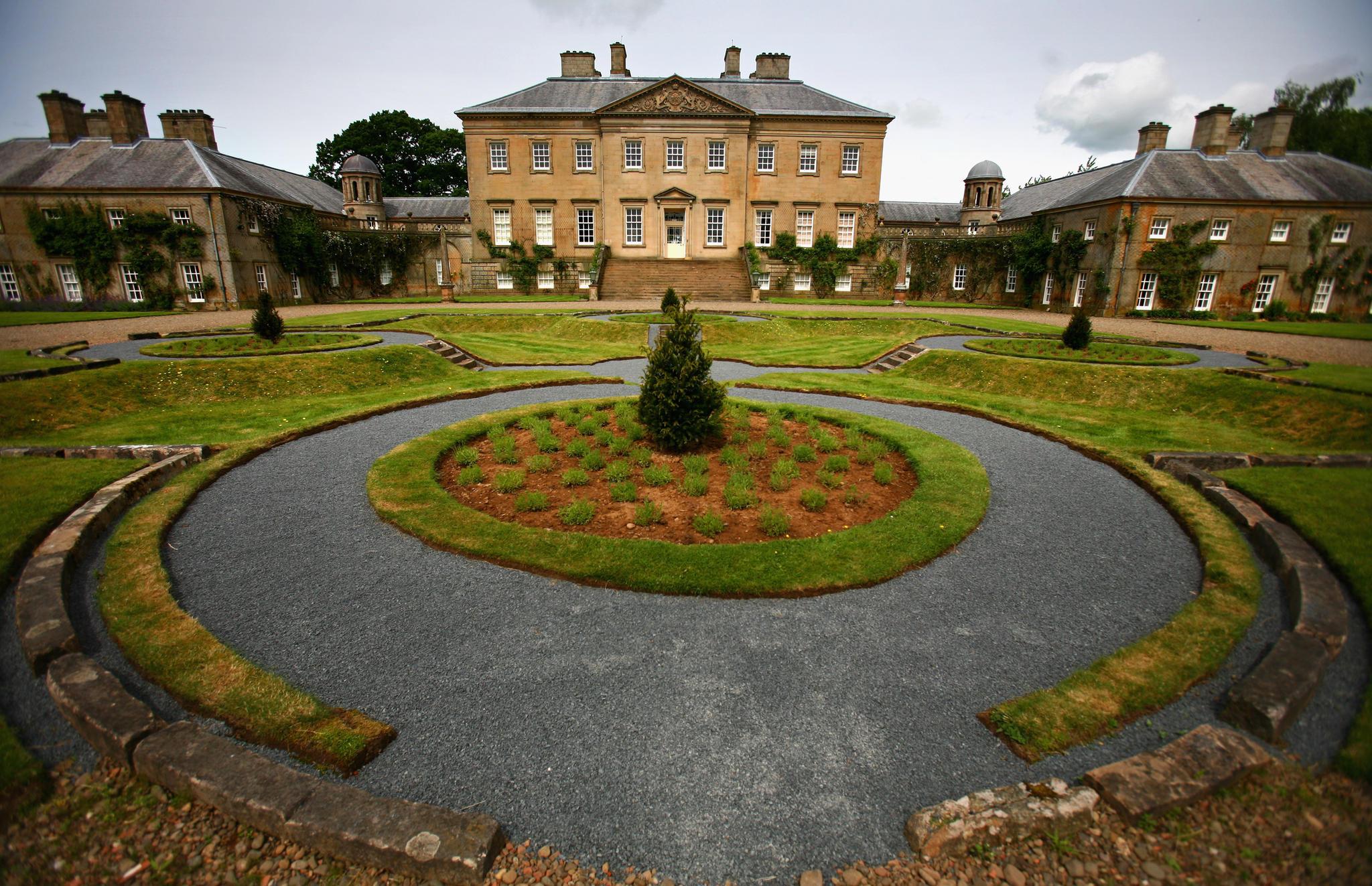 """Das Dumfries House wurde im 18. Jahrhundert von den Architekten John und Robert Adam erbaut und befand sich dann über 250 Jahre im Privatbesitz. Erst nachdem Prinz Charles das Anwesen zusammen mit der""""Prince's Foundation erwarb und restaurierte, wurde es 2008 der Öffentlichkeit zugänglich gemacht."""