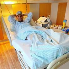 Wegen eines Knorpelschadens am Knie, hat sich Pietro Lombardi einer Operation unterzogen. Auf Instagram postet er nach dem gelungenen Eingriff aus dem Krankenhaus ein Bild für seine seine Fans.