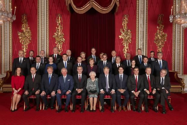 Queen Elizabeth und Prinz Charles posieren am 3. Dezember 2019 mit ihren Gästen anlässlich des 70. Geburtstages der NATO. Unter anderem sind Donald Trump, Angela Merkel, Emmanuel Macron, Justin Trudeau , Boris Johnson und Recep Tayyip Erdoğan.