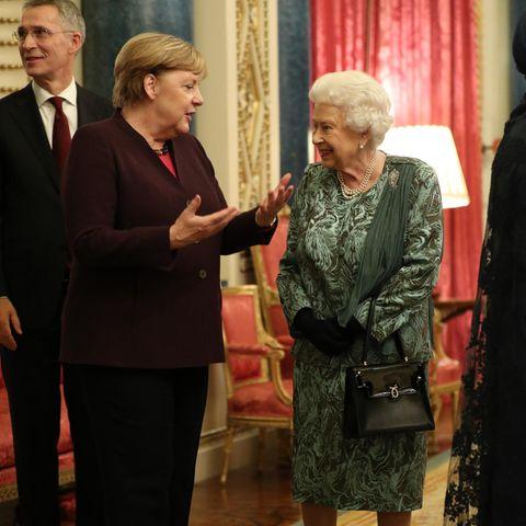 Angela Merkel (l.) und die Queen im Gespräch.