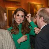 """Fashion-Looks: Beim Treffen der Staats- und Regierungschefs der 29 NATO-Länder am Dienstag (3. Dezember) im Buckingham Palast zeigt sich Herzogin Catherine in einem strahlenden, emeraldfarbenen Kleid von Emilia Wickstead, das die grüne Farbe ihrer Augen perfekt unterstreicht. Das Kleid namens """"Autumn"""" scheint ein Neuzugang in der Garderobe der Frau von Prinz William zu sein. Dazu wählt sie Ohrringe, die den Farbton ebenfalls aufgreifen."""