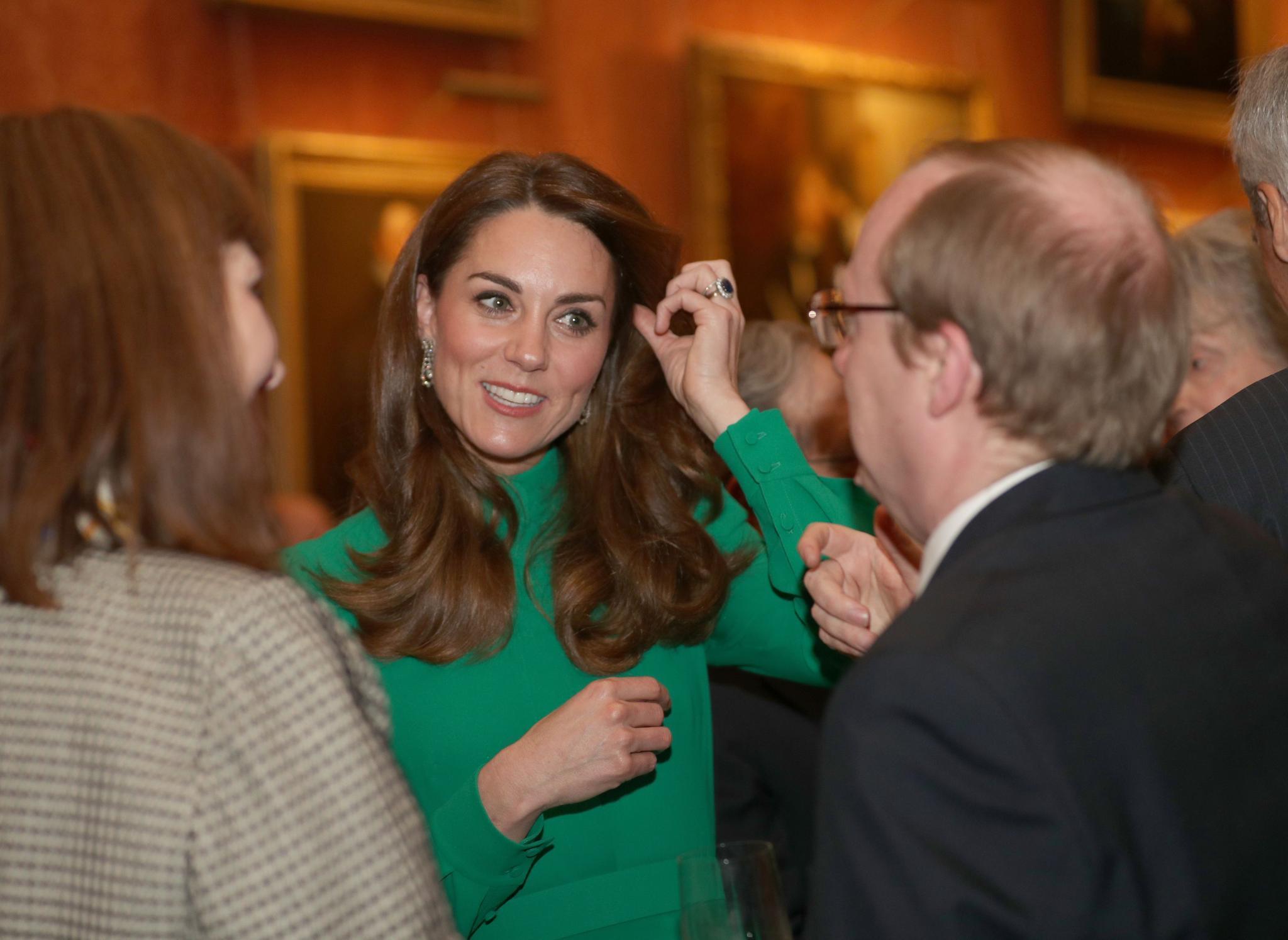 Queen Elizabeth, Herzogin Kate & Co.: Herzogin Catherine hat sichtlich Freude im Gespräch mit den Gästen.