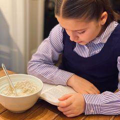 Mit einem wärmenden Porridge startet Harper Seven Beckham im Winter in den Tag – auf diesem Foto ist die Schüssel schon fast leer gelöffelt. Eine gute Wahl, denn der Haferbrei liefert ordentlich Energie, ist leicht bekömmlich und versorgt den Körper mit pflanzlichem Eiweiß, Mineral- und Ballaststoffen.