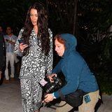 """Beim Verlassen des """"Swan""""-Restaurants in Miami ist Bella Hadid so mit ihrem Handy beschäftigt, dass sie fast gar nicht wahrnimmt, wie eine Fotografin direkt vor ihrer Nase ins Stolpern gerät und hinfällt."""