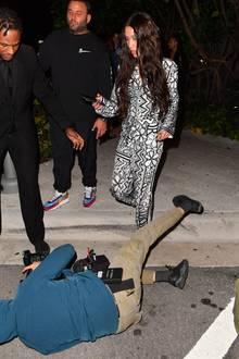 Doch die Bodyguards des Models helfen derPaparazza sofort auf und auch Bella Hadid erkundigt sich nach ihrem Wohl.