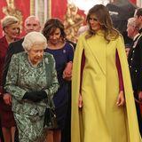 Anlässlich des 70. Jubiläums der NATO empfing Queen Elizabeth unter anderem Melania Trump. Die First Lady von Amerika fällt dabei nicht nur durch ihren Größenunterschied auf, der moderne Schnitt des zitronengelben Capes hätte nicht kontrastreicher zum Look der Monarchin sein können.
