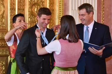 3. Dezember 2019  Thomas Müller erhält von Markus Söder (Bayrischer Ministerpräsidentund CSU-Vorsitzender) im Prinz-Carl-Palais in München den Bayerischen Verdienstorden und die Verleihungsurkunde. Der Orden wird als Zeichen ehrender und dankbarer Anerkennung für hervorragende Verdienste um den Freistaat Bayern und das bayerische Volk verliehen.