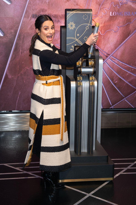 3. Dezember 2019  Wie ein Kind zu Weihnachten freut sich Lea Michele über die Ehre, die Festtagsbeleuchtung am Empire State Building anschalten zu dürfen.