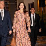 """Den Auftakt von Prinzessin Marys Indonesien-Reise macht dieser wunderschöne Look bestehend aus einem wallenden Maxi-Kleid von H&M und einem cognac-farbenen Shopper, in dem siePodiumsdiskussion zum Thema """"Healthy & Organic Parenting"""" besucht."""