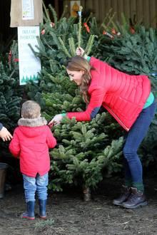 """Herzogin Catherine ist in Weihnachtsstimmung - und das sieht man! Für einen Nachmittag mit der Wohltätigkeitsorganisation """"Family Action"""", dessen Schirmherrschaft sie nach 65 Jahren von der Queen übernimmt, tauscht sie Abendkleid und hohe Schuhe gegen Jeans und dicke Jacke."""